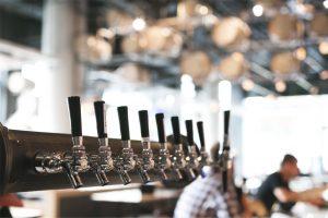 Becs de bières dans un bar